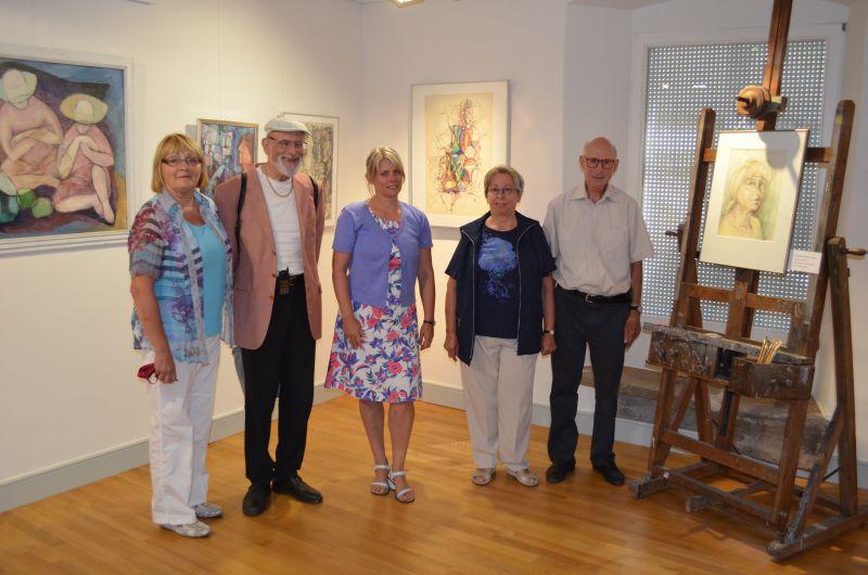 Bürgermeisterin Dorothea Bachmann (Mitte) und Helga Ciriello (links) vom Hohenzollerischen Landesmuseum nahmen die Schenkung von Dr. Dieter Brück (2. von links) und Roland Brück mit Frau Elisabeth (rechts) entgegen. Auf der Staffelei ein Selbstbildnis der Künstlerin